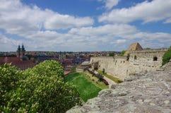 Muren en hoofdingang van borstwering van het Eger-fortkasteel met me Royalty-vrije Stock Afbeeldingen