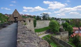 Muren en hoofdingang van borstwering van het Eger-fortkasteel met me Royalty-vrije Stock Foto