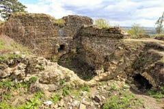 Muren en ruïnes van het middeleeuwse gebouw Stock Foto