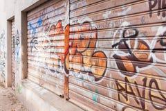 Muren en sluizen door slechte graffiti worden gesmeerd die Vandalenstreek Royalty-vrije Stock Afbeeldingen