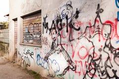 Muren en sluizen door slechte graffiti worden gesmeerd die Vandalenstreek Royalty-vrije Stock Foto