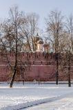 Muren en torens van de Russische winter van Moskou van het vestingsklooster Stock Fotografie