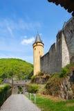 Muren en torens van mooi Vianden-kasteel Stock Foto's
