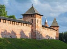 Muren en torens van Veliky Novgorod het Kremlin, Rusland royalty-vrije stock afbeeldingen
