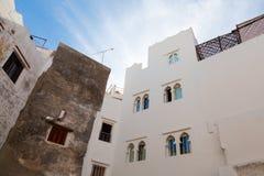 Muren, kleine vensters en blauwe hemel Medina, Tanger Royalty-vrije Stock Fotografie
