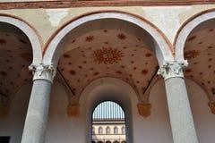 Muren, kolommen en arcades van de oude middeleeuwse vesting Rocchetta binnen het Sforza-kasteel in Milaan stock fotografie