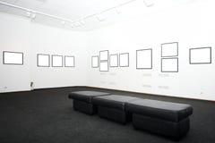 Muren in museum met frames Royalty-vrije Stock Afbeeldingen