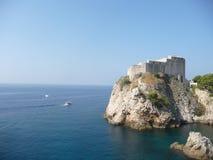 Muren van de de stadsdefensie van Dubrovnik de oude Stock Foto's