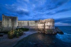 Muren van Dubrovnik bij Schemer stock foto
