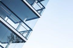 Muren van glas en concrete vloeren worden gemaakt die Royalty-vrije Stock Afbeelding