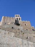 Muren van oud kasteel met een klokketoren Royalty-vrije Stock Foto's