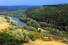 Mures河, 789 km长,在上游从城市Lipova,在一个清楚的秋天晚上 免版税库存图片