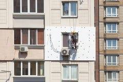 Murez l'isolation thermique, s'élever industriel, le travail à haute altitude, l'isolation des murs avec du plastique de mousse o photo stock