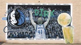 Murez la peinture murale d'art avec Dirk Nowitzki dans Ellum profond, Dallas, le Texas images stock
