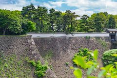 Murez la pierre avec la nature sous le ciel bleu au palais impérial dans Toky photographie stock