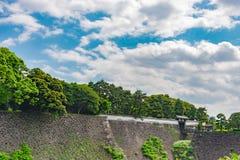 Murez la pierre avec la nature sous le ciel bleu au palais impérial dans Toky photos stock