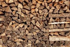 Murez le bois de chauffage, fond des identifiez-vous coupés secs de bois de chauffage une pile photos libres de droits