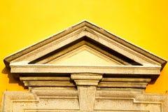 murez Milan dans la vieille triangle de jaune de mur en béton d'église de l'Italie images libres de droits