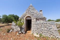 Murge (Apulia, Italië) - Trullo en olijfbomen royalty-vrije stock foto's