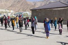 Murghab, Tadschikistan, am 23. August 2018: Kyrgyz Mädchen und junge Frauen üben einen Tanz auf dem Spielplatz einer Schule in Mu stockbilder