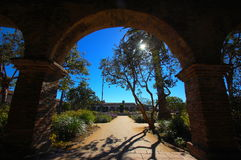 Murgrönan täckte gångbanan gör tecken åt det äventyrligt Arkivfoto