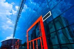 Muri ed entri nei portelli del centro di affari Immagine Stock
