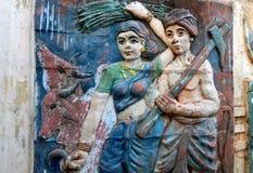 Muri l'arte dell'agricoltore o dell'agricoltore con l'aratro e della falce indiani che ritorna dall'azienda agricola con gli anim Fotografia Stock Libera da Diritti