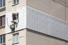 Muri l'isolamento termico, la scalata industriale, il lavoro ad alta altitudine, l'isolamento delle pareti con la plastica della  Immagini Stock Libere da Diritti