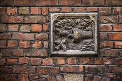 Muri la muratura della decorazione dell'uccello a Bruges, Fiandre, Belgio Fotografia Stock