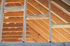 Muri la struttura e le travi sulla costruzione del tetto della casa di ceppo Fotografie Stock Libere da Diritti