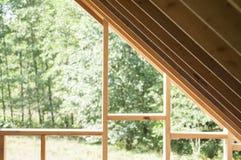 Muri la struttura e le travi sulla costruzione del tetto della casa di ceppo Immagini Stock