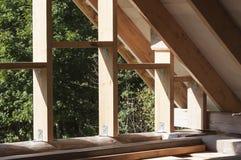 Muri la struttura e le travi sulla costruzione del tetto della casa di ceppo Fotografie Stock