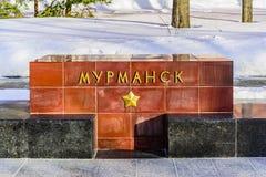 Murmansk--dname der Stadt auf dem Granitblock auf der Gasse von Heldstädten nahe der der Kreml-Wand Stockfoto