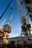 Murmansk, Rusia - abril de 2006: Grúas del cargo en el puerto fluvial de Murmansk Imagen de archivo libre de regalías