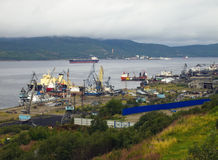 Murmansk, Rusia - 18 de agosto de 2013, vista del puerto marítimo de la ciudad de Murmansk y Kola Bay Imágenes de archivo libres de regalías