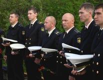 Murmansk, Russia - 12 agosto 2013, i marinai russi si pensano che onorino i loro camerati caduti immagini stock libere da diritti