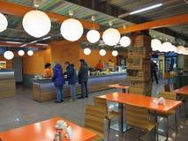 Murmansk, Russland - 15. Februar 2014 kommen Besucher zum Café Kabeljau Stockbilder