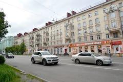 MURMANSK, RUSSLAND Verkehr auf Lenin-Allee Lizenzfreies Stockfoto