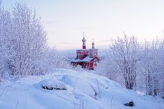Murmansk Ryssland - December 28, 2017: Helgon för kyrka allra bland snöarna av Murmansk Ryssland arkivfoto