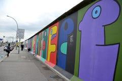 Muro de Berlín - caras divertidas Imágenes de archivo libres de regalías