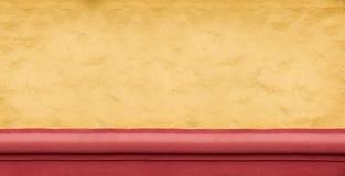 Muro de cemento amarillo ancho como fondo Imágenes de archivo libres de regalías
