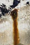 Muro de cemento con el agujero oxidado Fotos de archivo libres de regalías