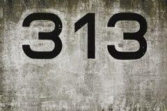 Muro de cemento con el número 313 Fotos de archivo libres de regalías