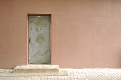 Muro de cemento con la puerta vieja imagen de archivo