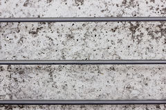 Muro de cemento con tres barras de acero gorizontal Imagen de archivo libre de regalías