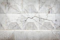 Muro de cemento con una grieta en el centro Fotos de archivo