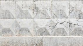 Muro de cemento con una grieta en el lado Fotos de archivo libres de regalías