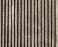 Muro de cemento echado texturizado con las líneas verticales y las rayas imagen de archivo