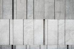 Muro de cemento gris hecho de diversos bloques del tamaño foto de archivo