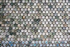 Muro de cemento hecho de botellas plásticas recicladas Imagen de archivo libre de regalías